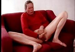 A punciba élvezés pornó nő leveszi a ruháit a medencénél, majd dörzsöli a szexi test