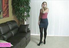 Nagy lány ül a kakas punciba élvezések óvszer.